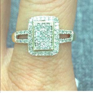 Jewelry - Beautiful 10k yellow gold diamond halo ring